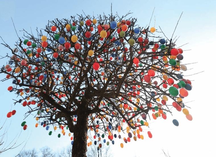 tante uova di tutti i colori addobbano per pasqua un grande albero