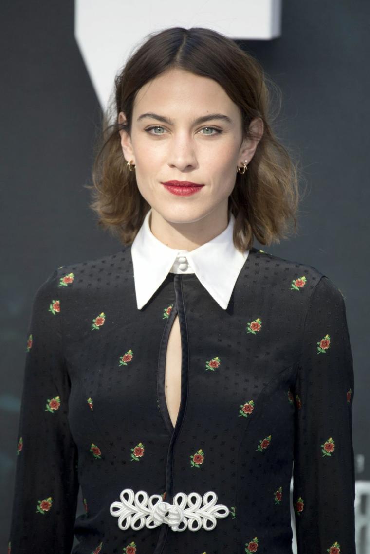 Idea acconciatura carrè lungo per donna con i capelli tinti di castano chiaro, abbigliamento vintage di colore scuro