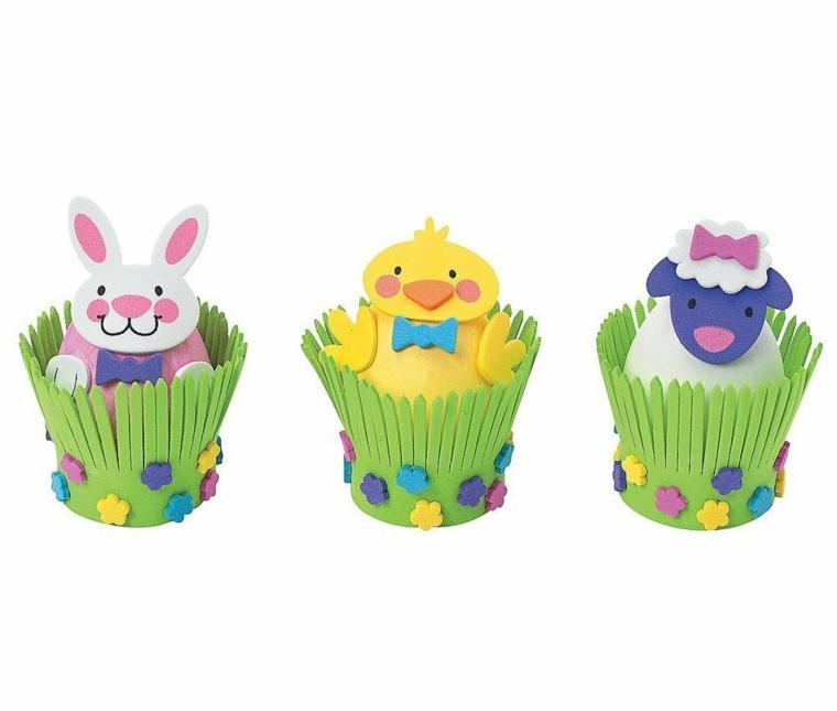 dei cestini a forma di giardino con all'interno delle uova di pasqua decorate a forma di coniglio, pulcino e pecora