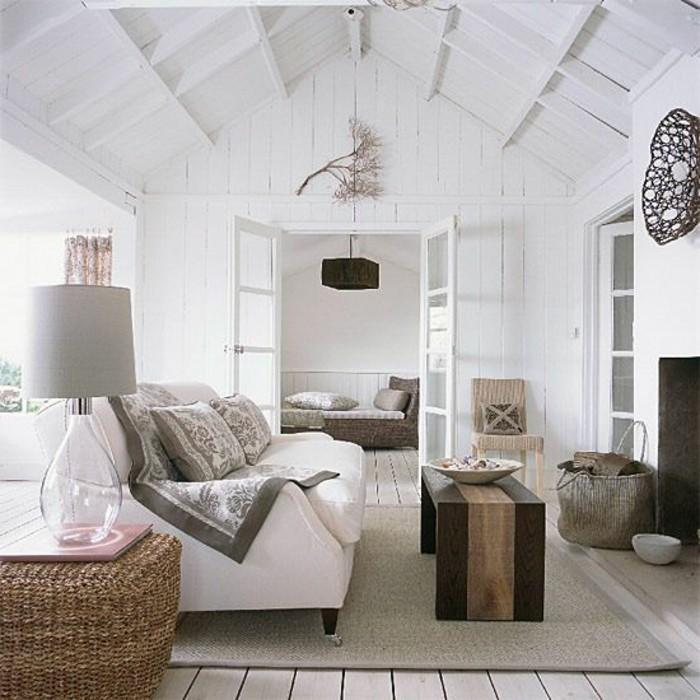 Pavimento in legno con tappeto grigio e decorazioni in rattan