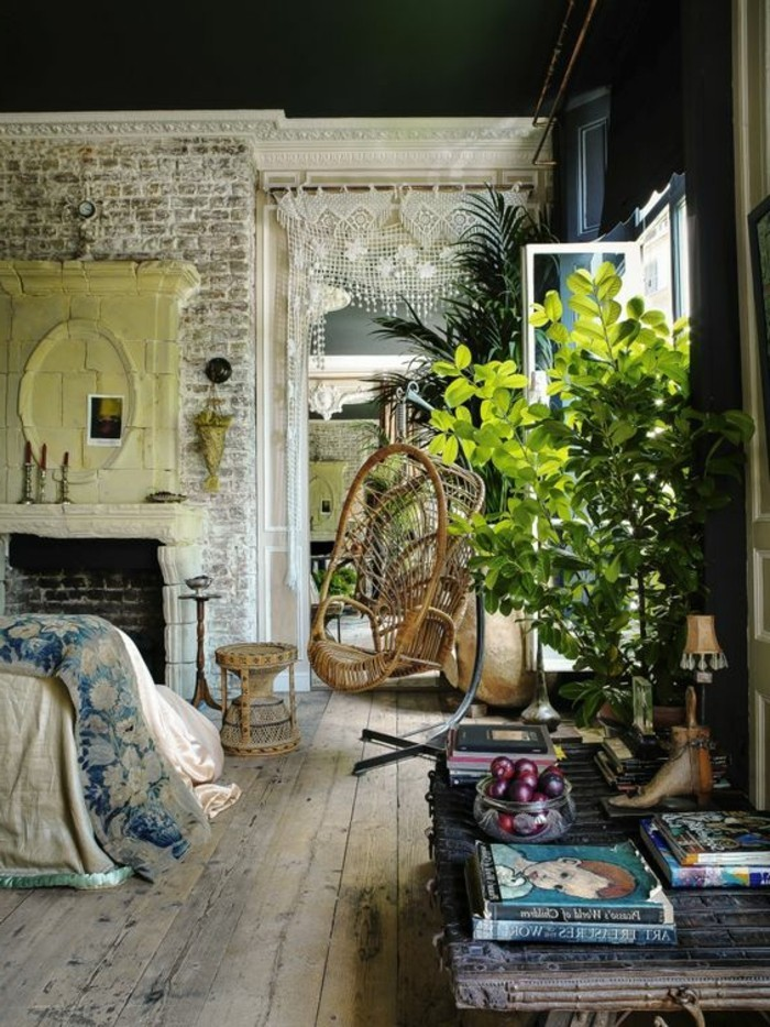 Soggiorno originale con una parete in pietra e camino, decorazione con piantine sempreverdi