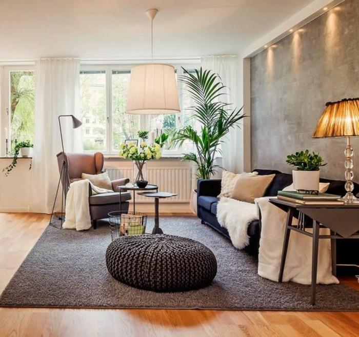 Mobili soggiorno di colore grigio con divano e tavolino in metallo di colore nero