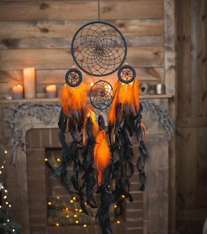 una proposta di immagini di acchiappasogni con delle piume nere e arancioni e cerchi neri