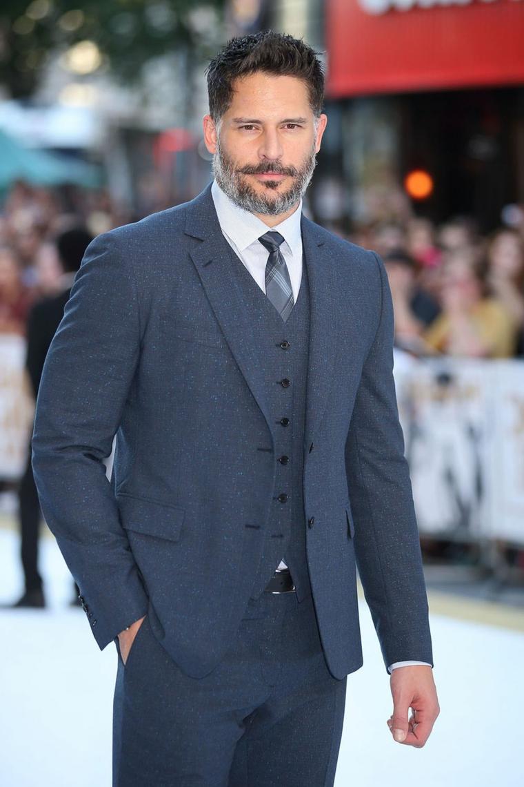 Uomini affascinanti, l'attore Joe Manganiello con barba bianca e abbigliamento elegante