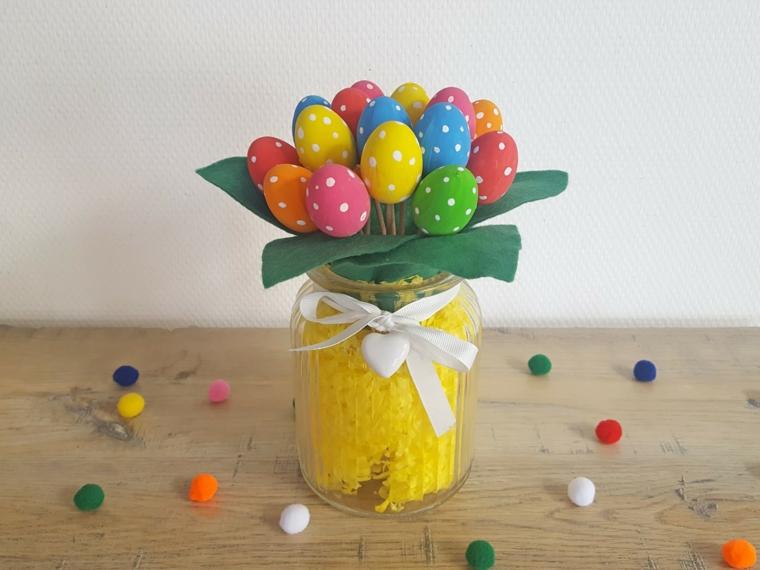 un'idea colorata per creare delle decorazioni pasqua con un barattolo, nastro bianco e uova colorate