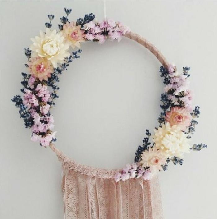 una proposta per realizzare un acchiappasogni dai da te con delle decorazioni di fiori