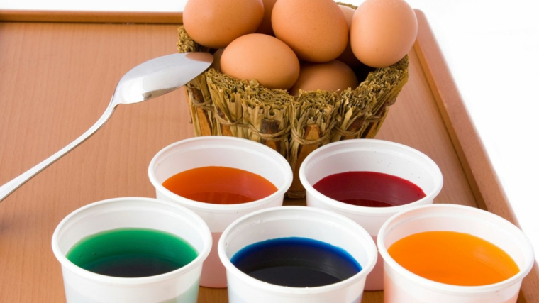 Miscela di acqua con del colorante alimentare, uova cotte da immergere