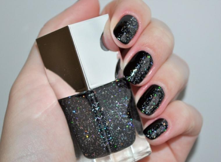Bottiglietta di smalto con pigmenti glitter, manicure donna a mandorla, unghie decorate