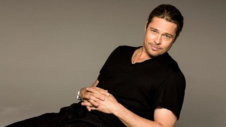 L'attore americano Brad Pitt, uomini affascinanti, vestiti casual di colore nero, seduto su una sedia
