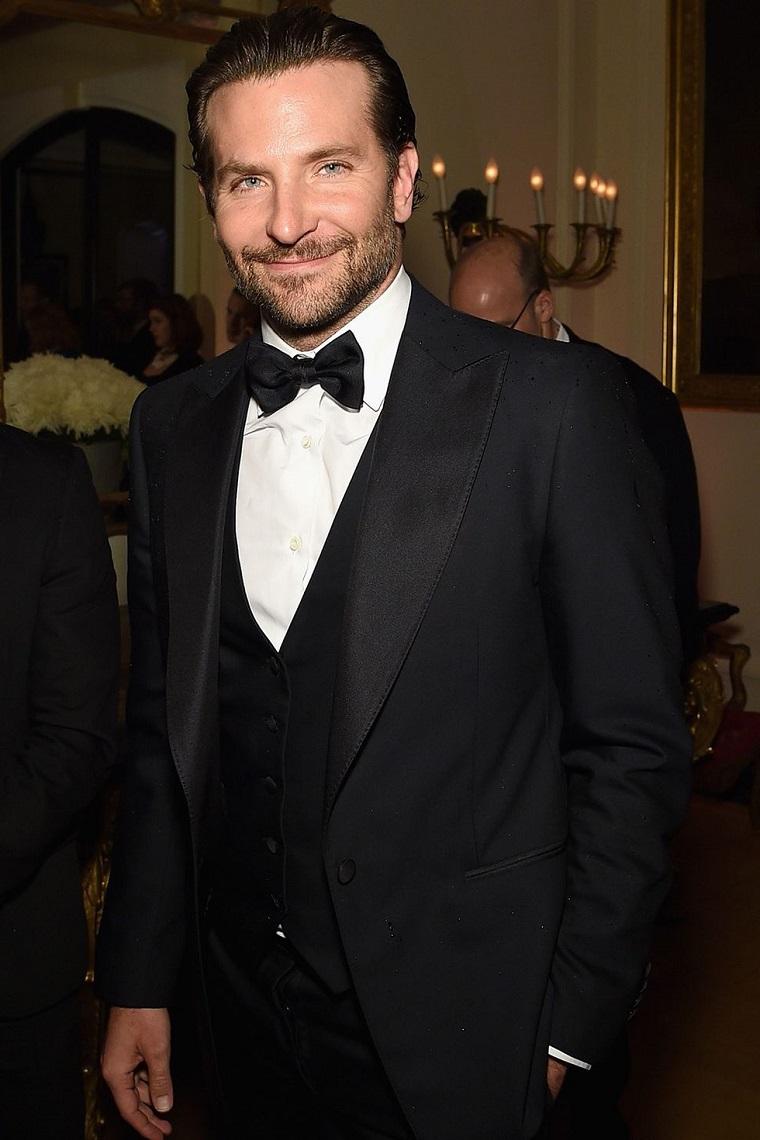 L'attore americano Bradley Cooper vestito elegante con camicia bianca, giacca nera