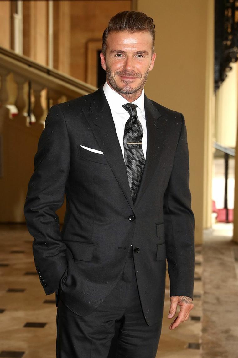 Uomini belli, il calciatore David Beckham con un abbigliamento elegante, giacca e cravatta