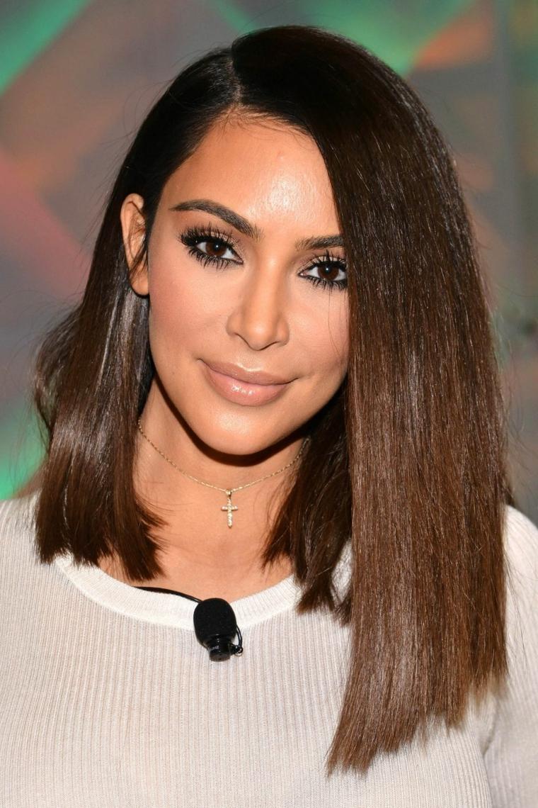 Kim Kardashian con un taglio caschetto lungo, capelli di colore castano lisci e più lunghi davanti
