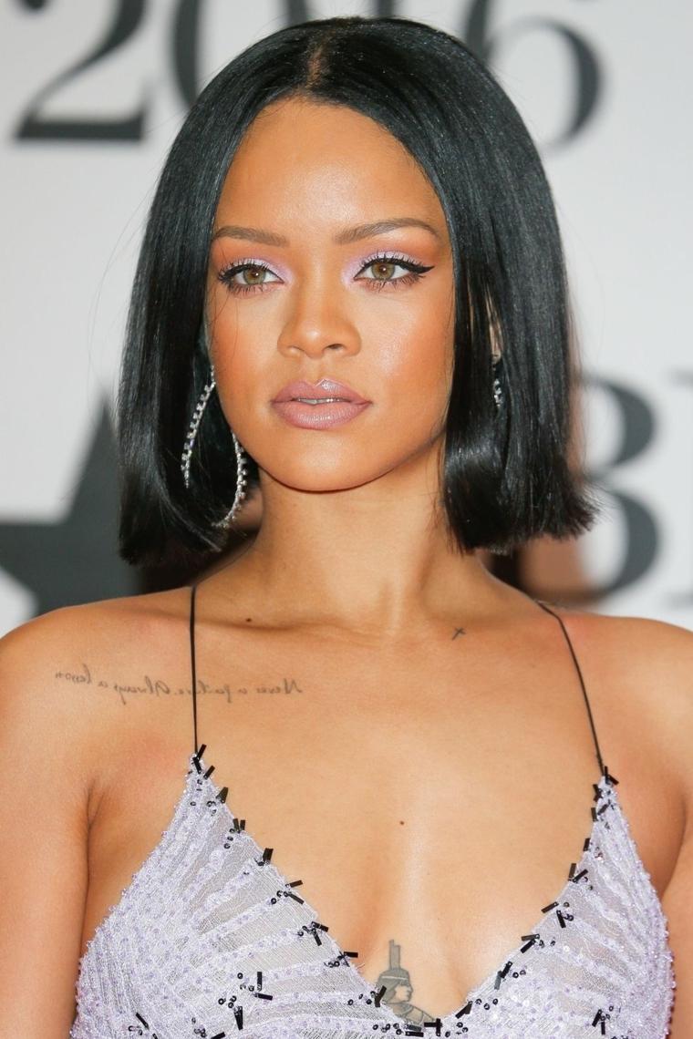 Rihanna e il suo taglio di capelli a caschetto lungo, acconciatura liscia con riga al centro