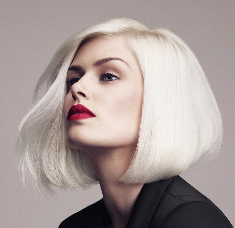 Acconciatura capelli a caschetto, colorazione tinta biondo platino con riga laterale