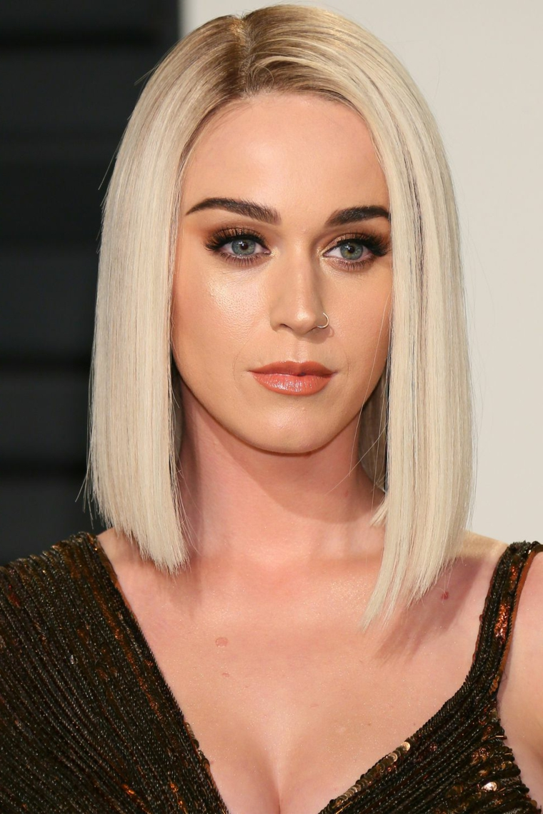 Katy Perry e il suo taglio medio lungo, capelli biondi platino davanti più lunghi e pearsing sul naso