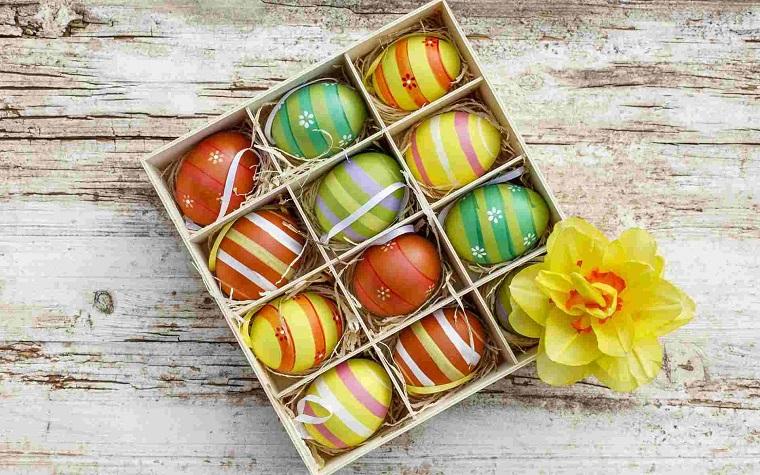Scatola di legno con uova di pasqua colorati, lavoretti di pasqua da far fare ai bambini