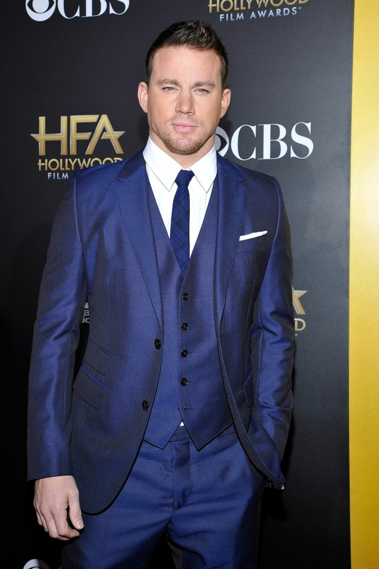 L'attore giovane Channing Tatum con un vestito elegante blu e cravatta