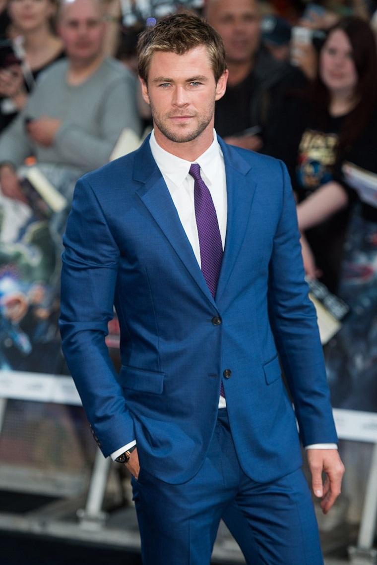 L'attore australiano Chris Hemsowrth vestito in modo elegante con mano in tasca