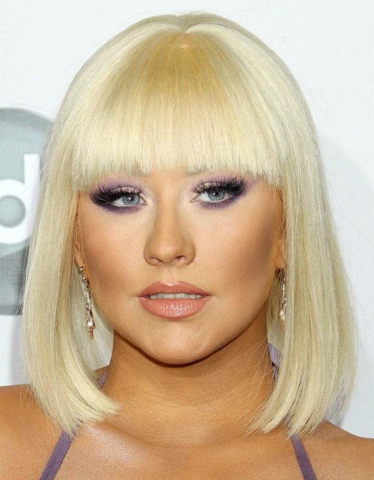 Taglio a caschetto con frangia per dei capelli di colore biondo, Christina Aguilera con un look stravagante