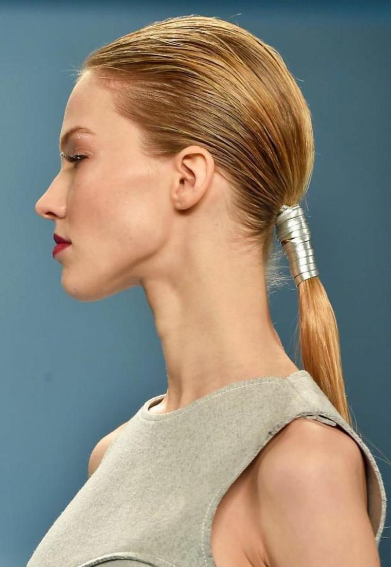 idea per pettinature capelli lunghi con una coda bassa, nastro argentato e rossetto rosso