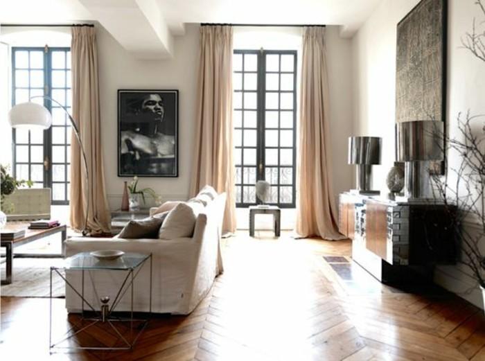 Idee per un soggiorno classico arredato con mobili in legno e decorato con tanti quadri da parete