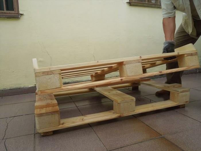 Primo passaggio per la costruzione, la base di due bancali di legno, mobili con pallet