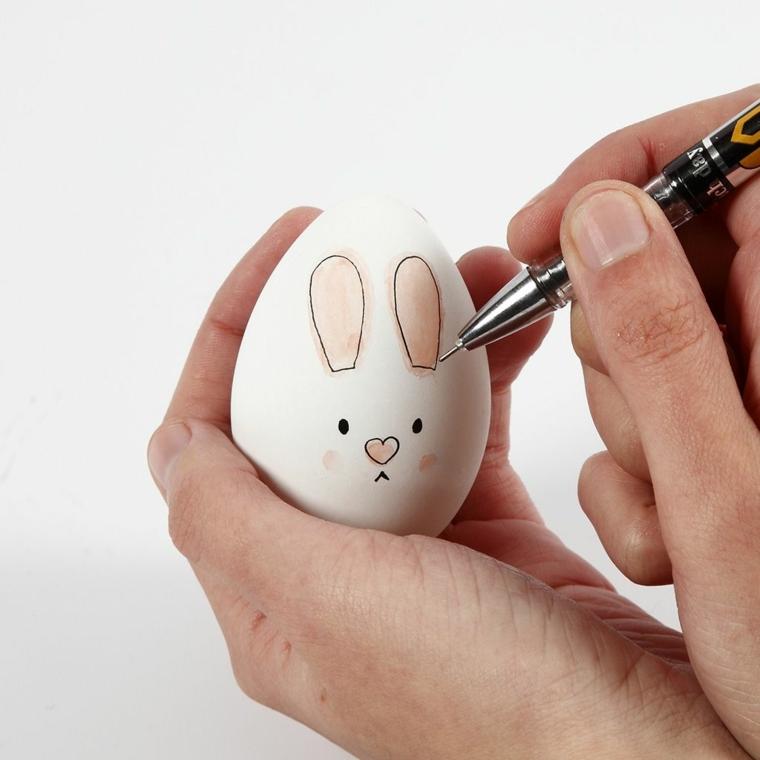 un esempio di uovo di pasqua disegno a forma di coniglio con grandi orecchie rosa