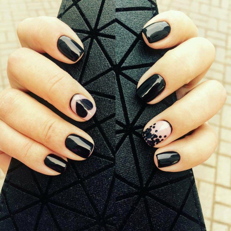 Manicure forma quadrata, smalto base nero, accent nail beige e disegno cuore, nail art unghie