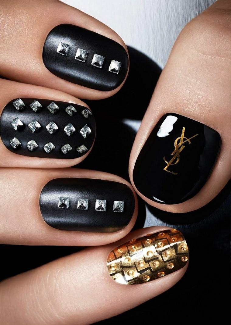 Come decorare le unghie con brillantini, smalto mat colore nero e oro