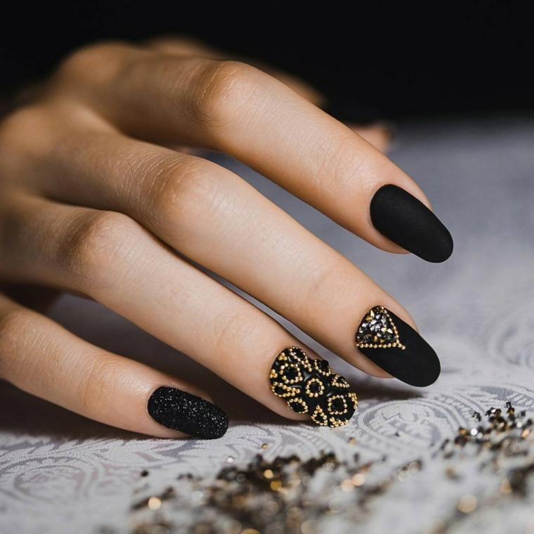 Idea unghie nere opache di colore nero, decorazioni unghia dito anulare con brillantini