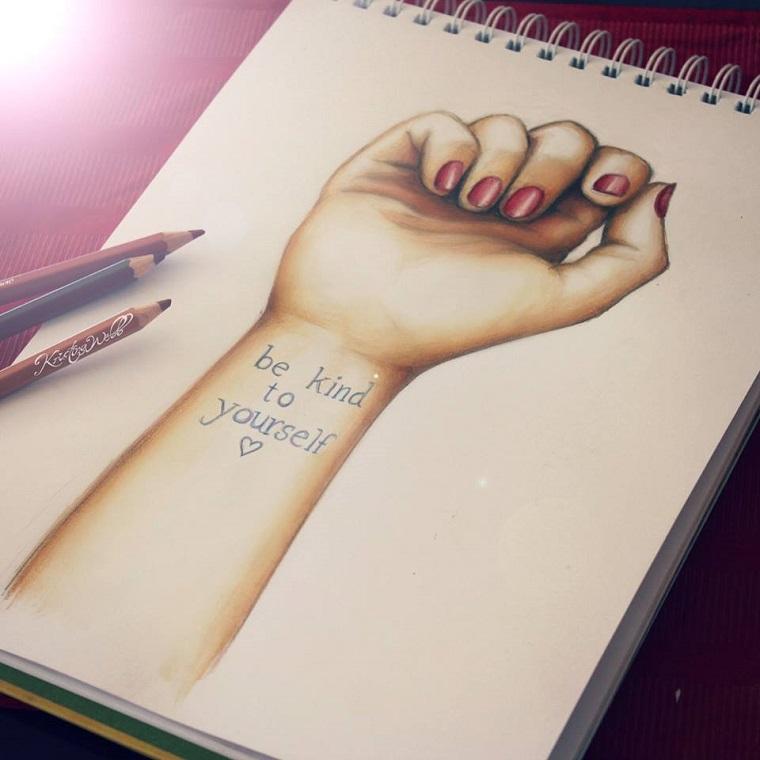 Disegni a matita, foglio bianco con un disegno di mano con tatuaggio, tattoo scritta sul polso