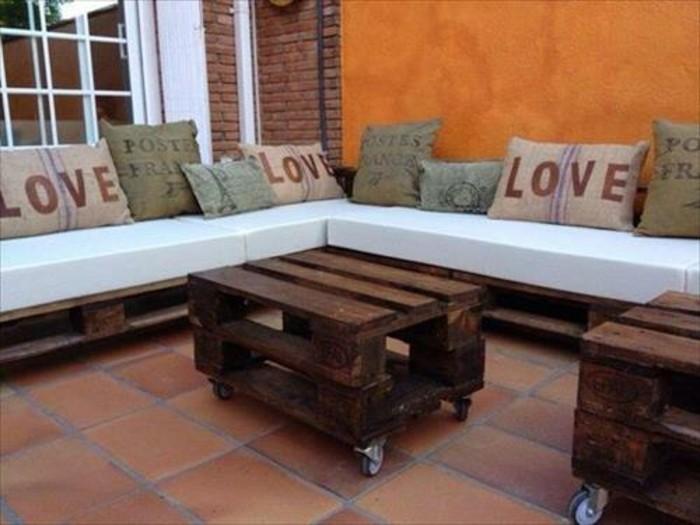 Idea arredamento con bancali, outdoor con un divano angolare e tavolino basso