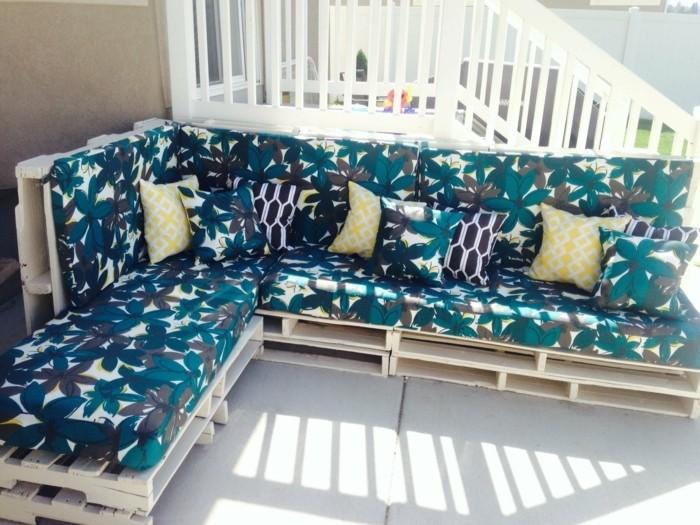 Idea pallet divano ad angolo, cuscini di colore blu e bianco, schienale alto