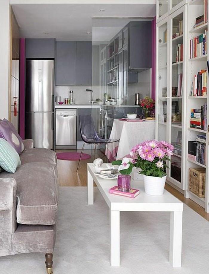 Open space con cucina e soggiorno divisi con una parete in vetro trasparente