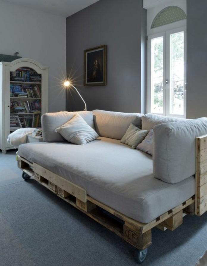 Arredamento mobili con pallet, tappeto grigio in abbinamento al tessile