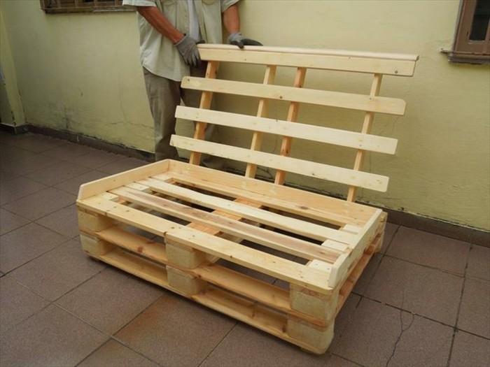 Idea divano bancali, secondo passaggio del tutorial, fissare lo schienale di pallet alla base