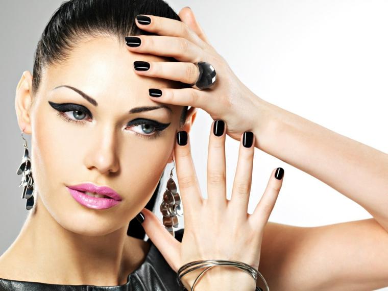 Smalto nero per unghie di media lunghezza e forma quadrata, donna con un'acconciatura raccolta e trucco
