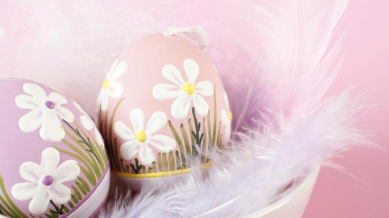 Uova di Pasqua dipinti e decorati, base di colore rosa e decorazioni con fiorellini