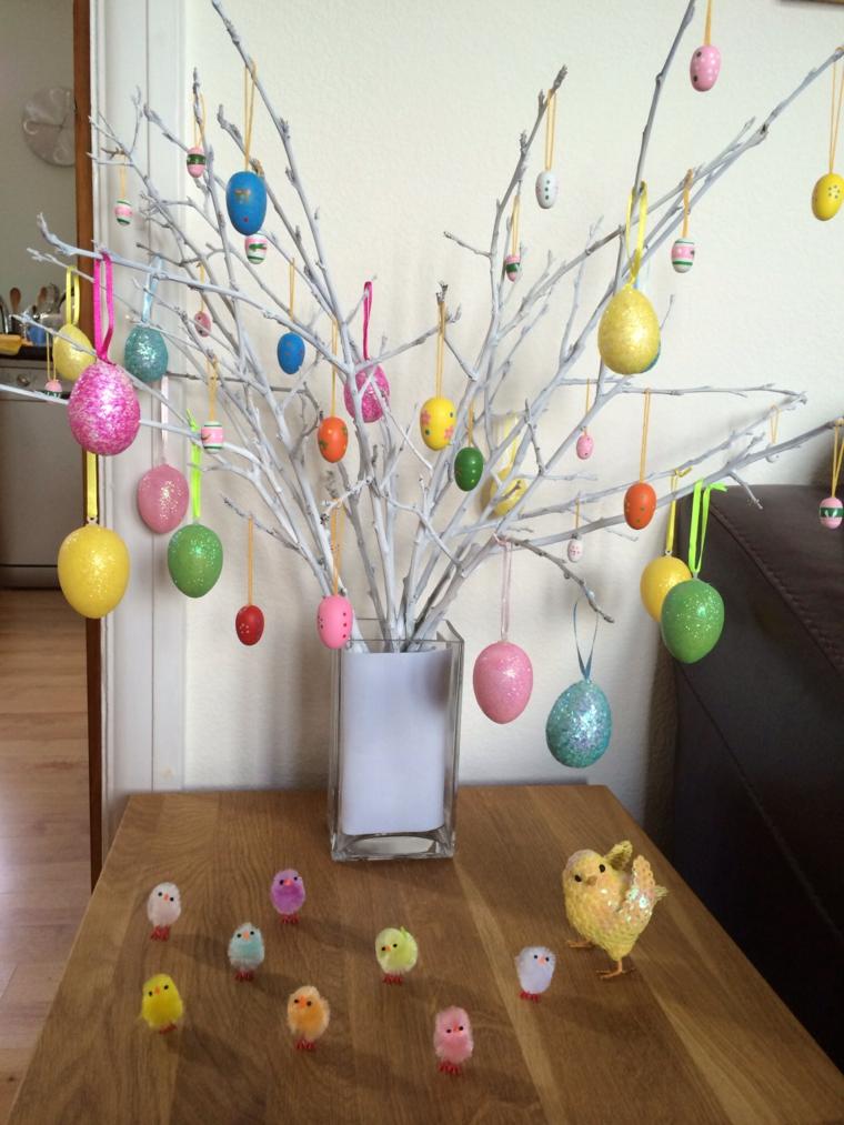 un esempio di alberi di pasqua originali realizzato con rami bianchi e uova colorate