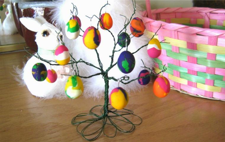 un coniglietto bianco e un albero di pasqua idee in alluminio con uova colorate e decorate