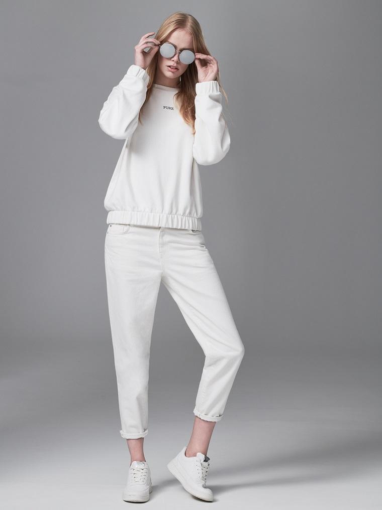 Come abbinare i colori, ragazza giovane vestita con jeans boyfriend e felpa bianca con scritta
