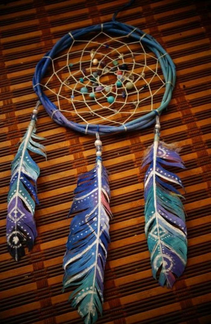 bellissimo modello di dream catcher con tre grandi piume blu e viola e delle perline