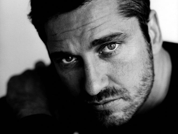 Gerard Butler è tra gli uomini bellissimi, immagine bianco e nera primo piano viso dell'attore