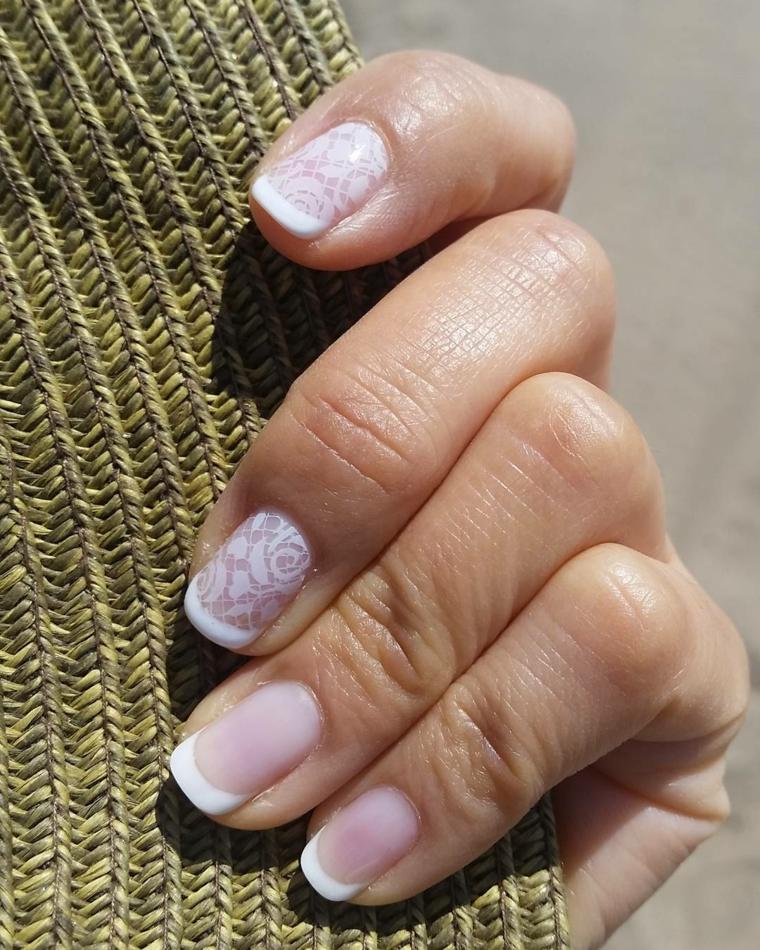 proposta per realizzare una french manicure tradizionale con il medio e l'indice decorati