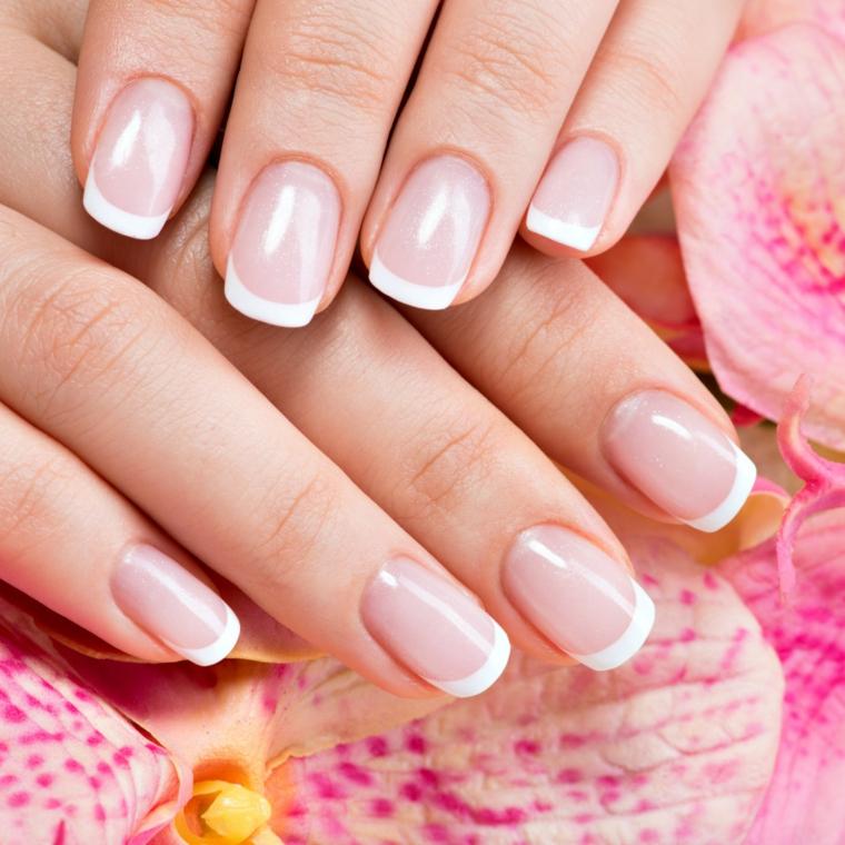 semplice ed elegante, una french manicure ideale anche per la sposa
