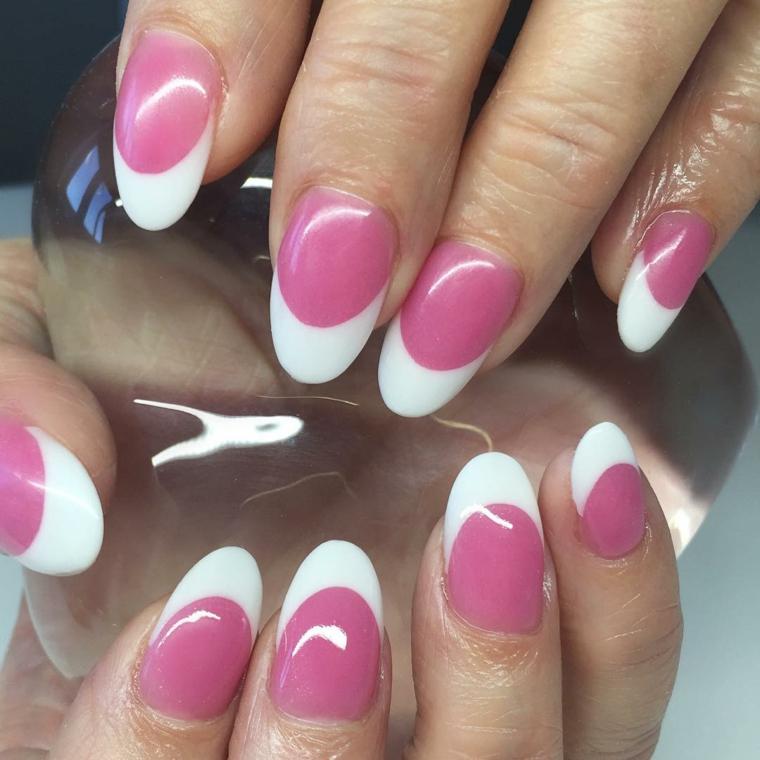 una manicure ispirata alla french con unghie a stiletto e smalto rosa lucido