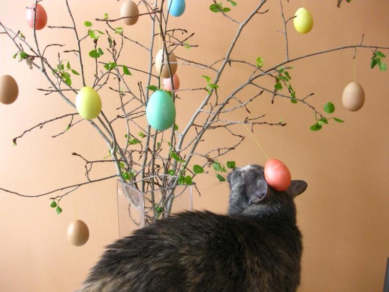 un'idea fai da te di albero pasquale semplice da realizzare con delle uova colorate