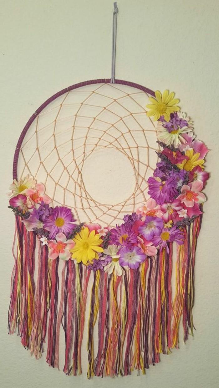 una proposta colorata e ricca di fiori per decorate un dream catcher da realizzare anche fai da te