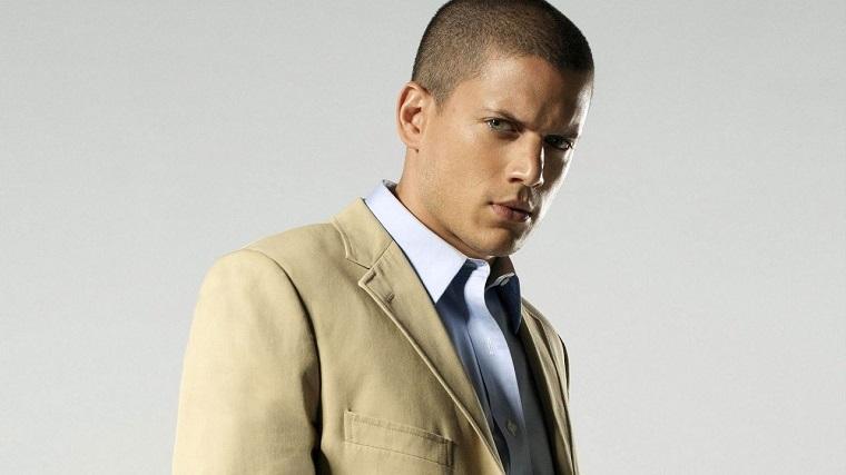 Wentworth Miller, attori americani giovani, vestito con giacca beige e una camicia elegante