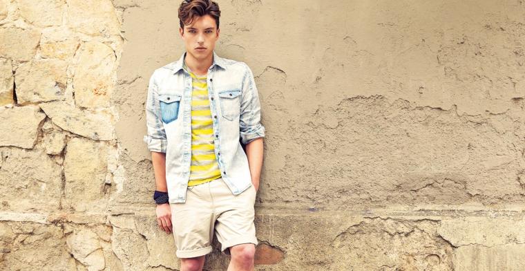 Jeans corti con t-shirt gialla e camicia, abbigliamento uomo casual